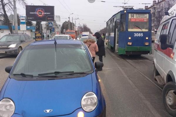 Подросток выходил из трамвая