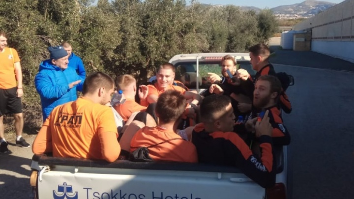 «Мы не богатый клуб»: игроков «Урала» доставили в отель в кузове пикапа после тренировки на Кипре