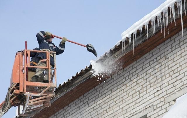 В Уфе рабочий погиб, счищая снег с крыши