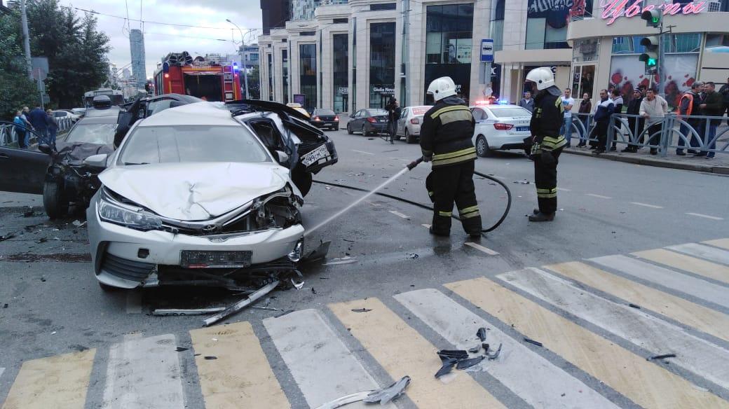 Пострадавших увезли в больницу, спецслужбы все еще на месте