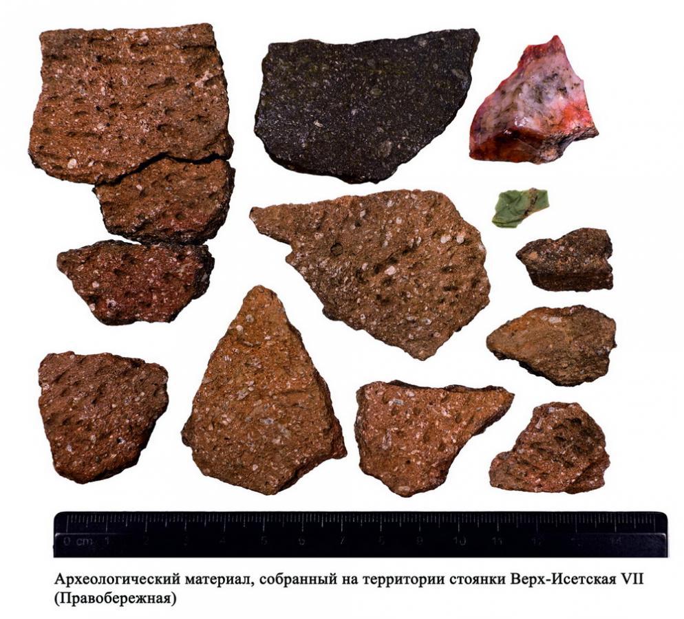 Фрагменты стенок и венчиков керамических сосудов и фрагменты каменных скола и отщепа, полученных при изготовлении каменных орудий