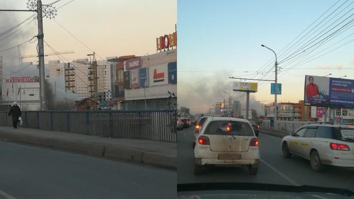 Улицу Партизана Железняка затянуло черным дымом