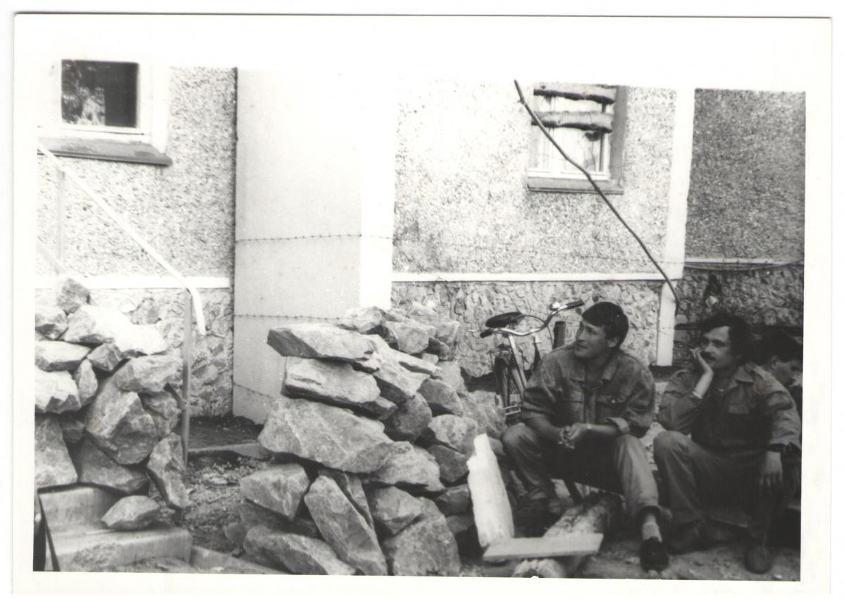 На этом фото видно, что афганцы заколотили окна на первых этажах домов