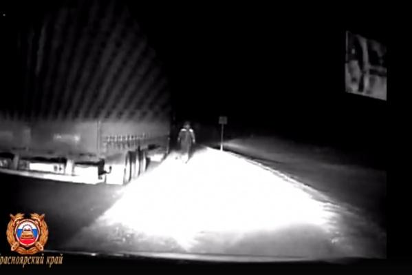 Водитель КАМАЗа дважды просил помощи сотрудников из-за неработающей печки