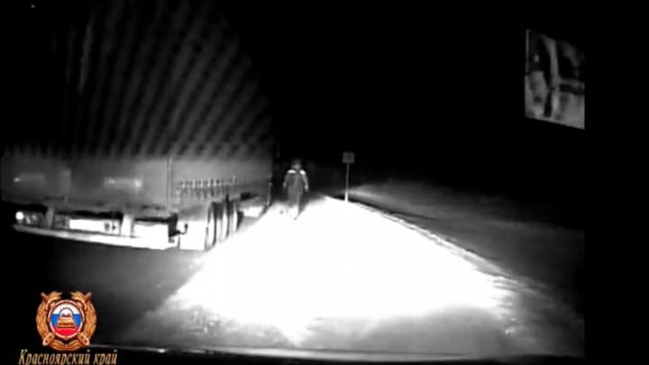 Замерзающего дальнобойщика из Челябинска дважды за ночь спасли на красноярской трассе