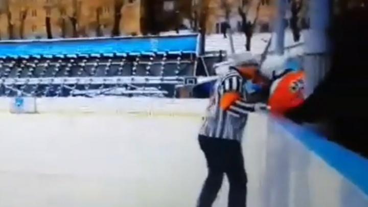 «Он неадекватен»: для южноуральского судьи, ударившего юного хоккеиста, потребовали дисквалификацию