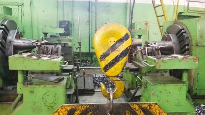 В Кунгуре на заводе «Металлист» пятитонный станок насмерть придавил рабочего