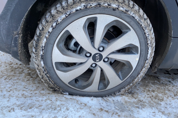 Читательница НГС сегодня утром тоже пробила колёса автомобиля на улице Ватутина
