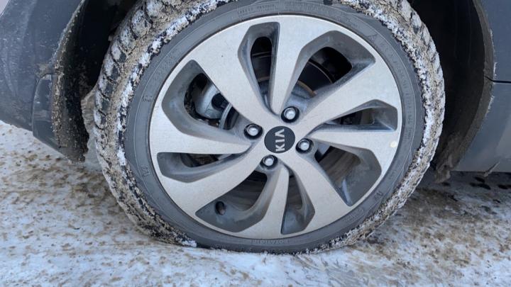 «Куча больших ям с острыми краями»: десятки машин пробивают колёса на дороге напротив «МЕГИ»