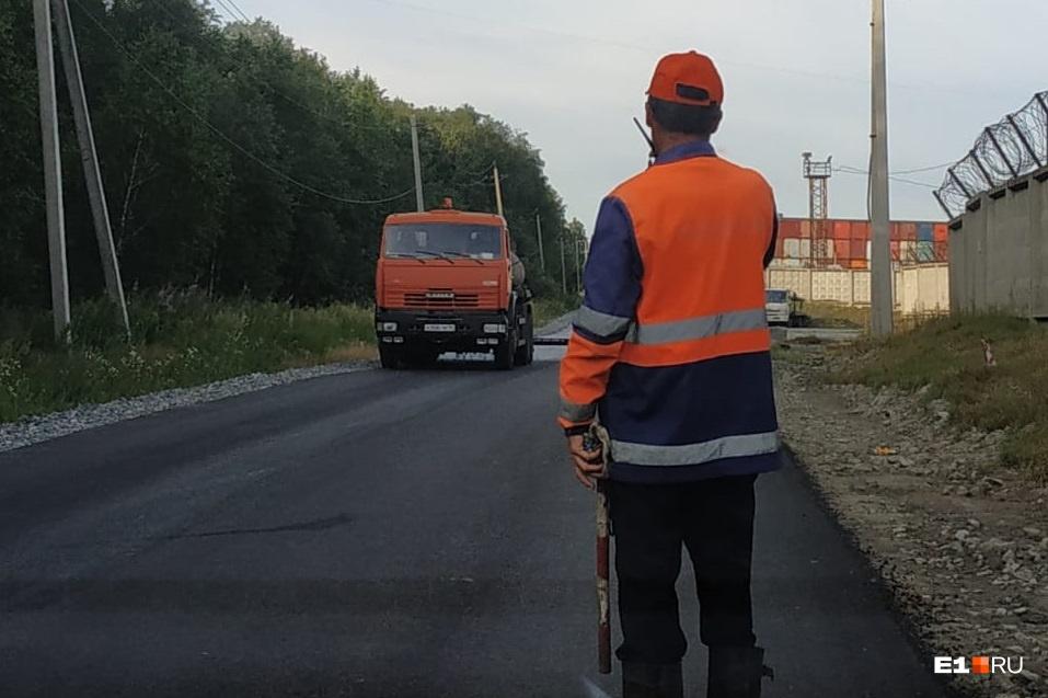 После укладки нового асфальта на дороге могут появиться знаки, ограничивающие движение большегрузов