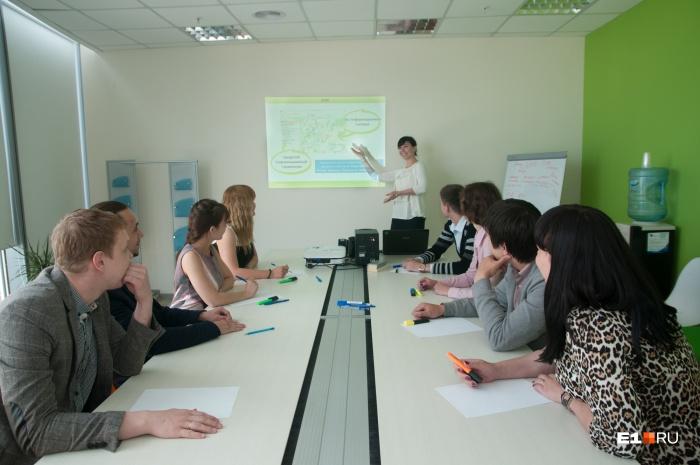 Средняя зарплата свердловчан (без вычета налогов) составила 41 689 рублей