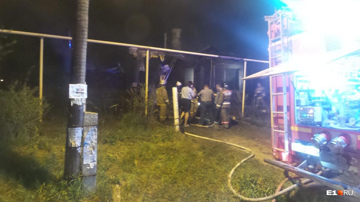 На месте происшествия работают сотрудники территориального ОВД, Следственного комитета, МЧС