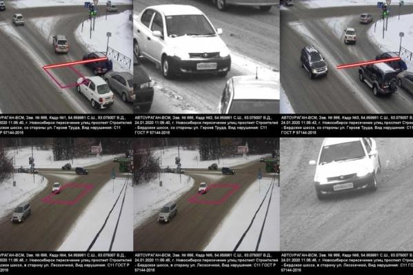 Белая машина объезжает аварию и поворачивает направо