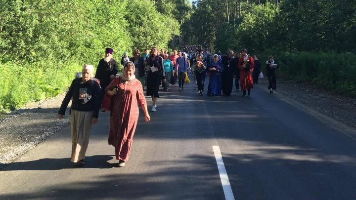 Онлайн-репортажE1.RU: сто тысяч верующих прошли крестным ходом от Храма-на-Крови до Ганиной Ямы
