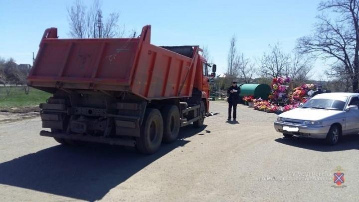 Пожилая женщина погибла на волгоградском кладбище под колёсами КАМАЗа