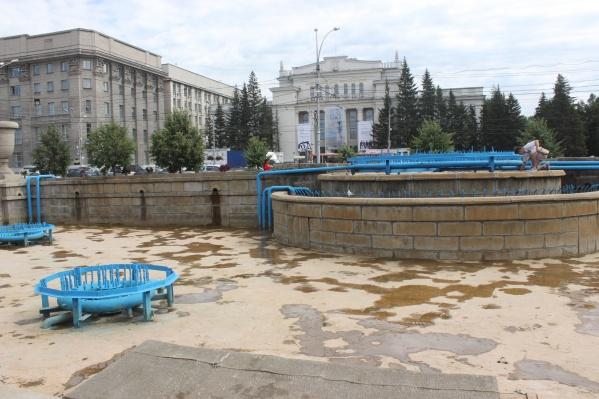 Фонтан в Первомайском сквере без воды и купающихся