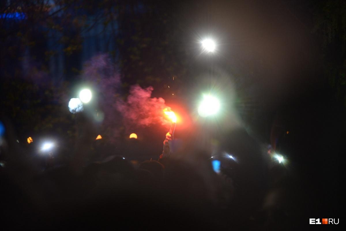 К сожалению, среди протестующих были и не очень мирно настроенные товарищи. Кто-то несколько раз зажигал фаеры