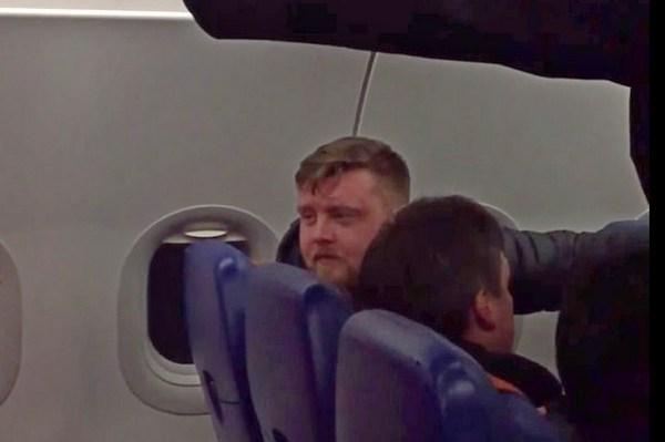 Пьяный дебошир устроил драку в самолёте до Красноярска