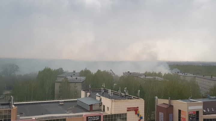 Дым над НГПУ: улицу Вилюйскую заволокло дымом