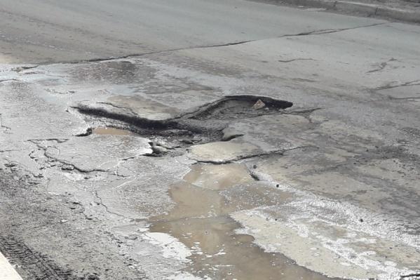 Сотрудники прокуратуры считают, что дороги с выбоинами опасны для автомобилистов