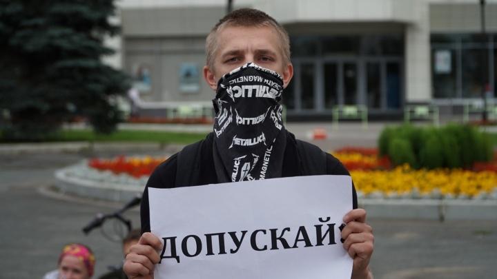 Участника пикета в поддержку честных выборов вызвали в суд. Он вышел на акцию в платке