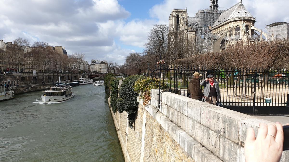 Читатель E1.RU Григорий прислал нам фото, сделанное в Париже месяц назад. В соборе уже велась реконструкция