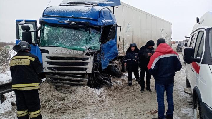 Плохой день для фур: на Тюменском тракте сразу две аварии с грузовиками
