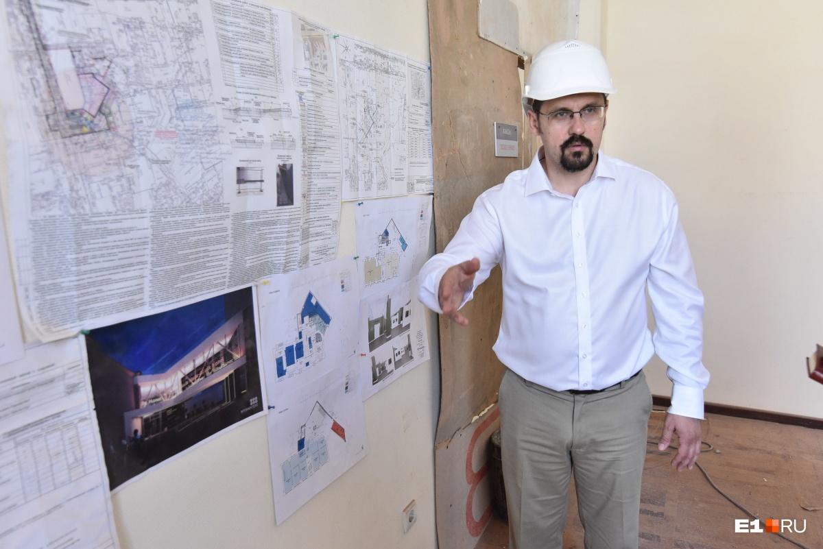 Сейчас на стене висят эскизы будущего здания