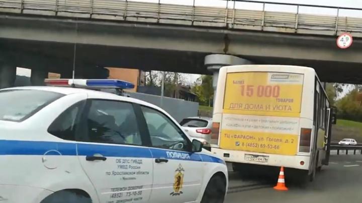 В Ярославле маршрутка с пассажирами столкнулась с легковушкой: информация о пострадавших