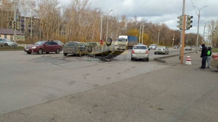 В Башкирии посреди дороги перевернулась легковушка