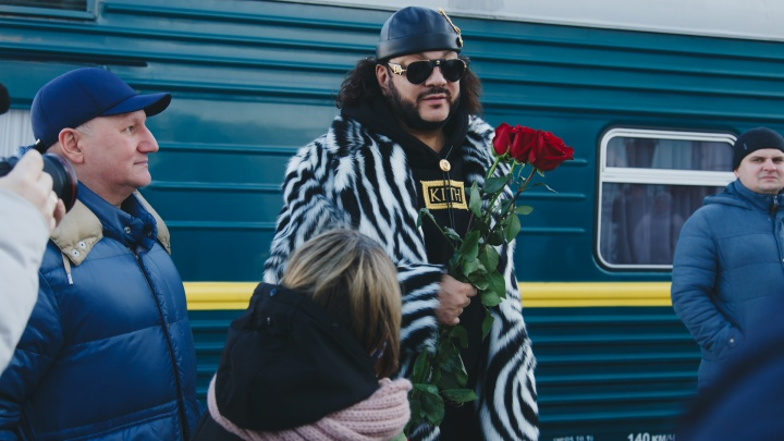 «Солнышко для Солнышка»: Филипп Киркоров прибыл в Челябинск в ВИП-вагоне и проехался на «Майбахе»