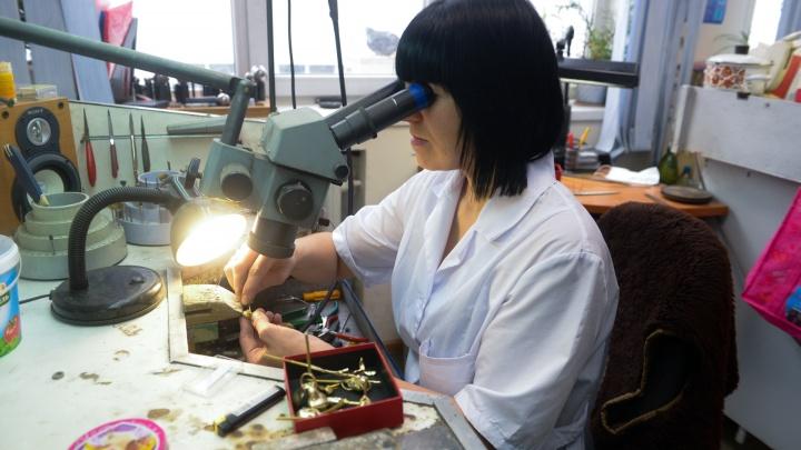 Как живут уральские ювелиры, создавшие самые дорогие часы в мире: репортаж с производства