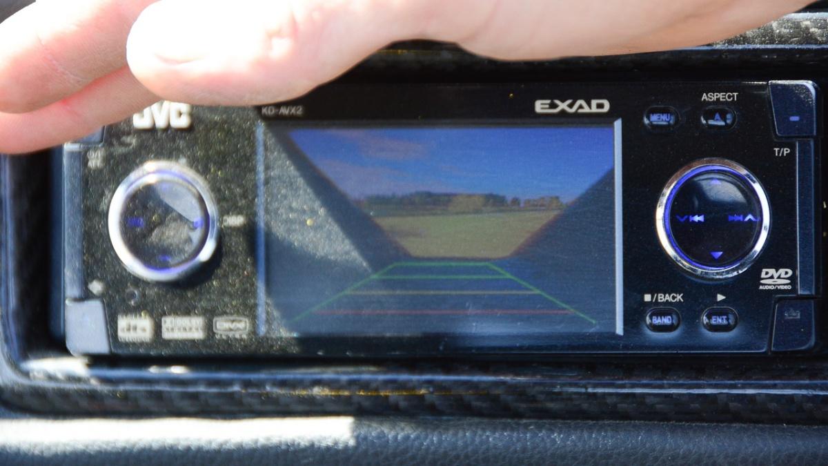 Есть камера заднего вида, правда, экран очень маленький и сильно бликует