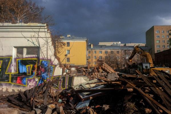 Активные работы начались в понедельник, 28 октября, сегодня большая часть зданий уже разрушена