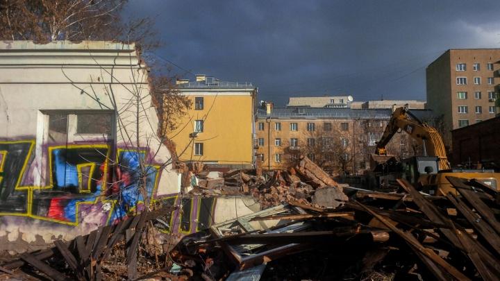 В тихом центре Новосибирска начали сносить пять старых и опасных зданий
