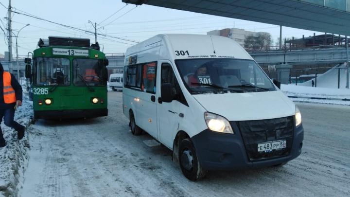 Троллейбус № 13 разбил стекло маршрутке на Красном проспекте
