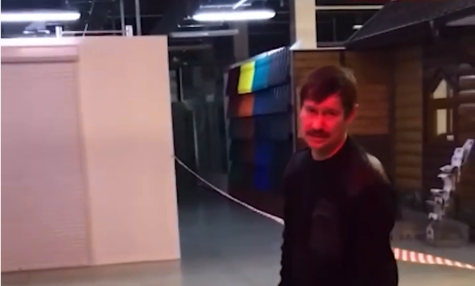В пермском ТЦ пьяный охранник пытался присоединиться к детскому празднику. Видео