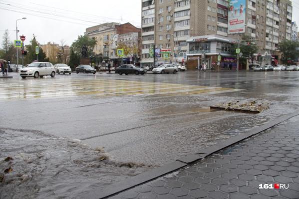 Нередко причиной потопов на городских дорогах становятся забитые ливневки