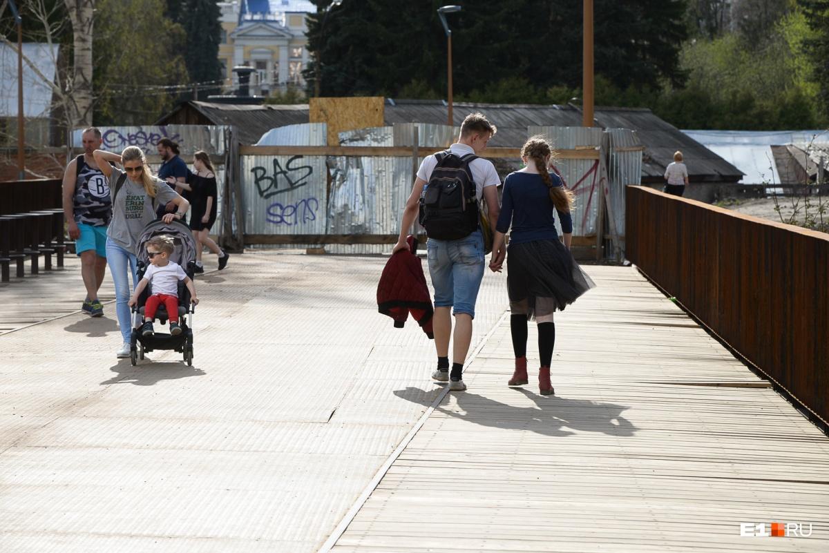 Несмотря на ограждения, жители Екатеринбурга свободно ходят по мосту