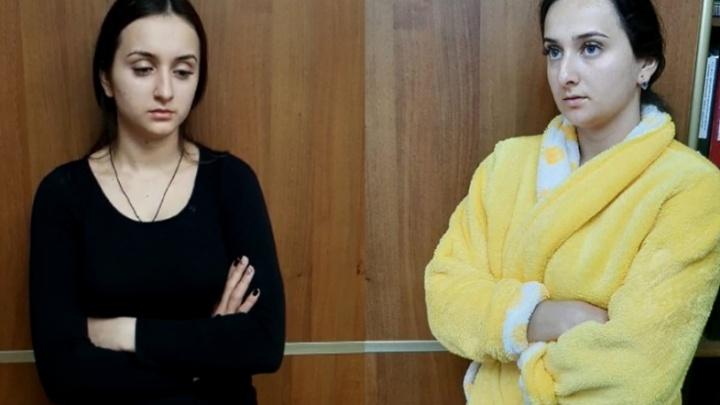 «Брызнула в лицо баллончиком»: в Волгограде двух сестер задержали по подозрению в мошенничестве