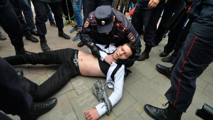Екатеринбуржца, который потерял сознание на пикете за Навального, наказали обязательными работами