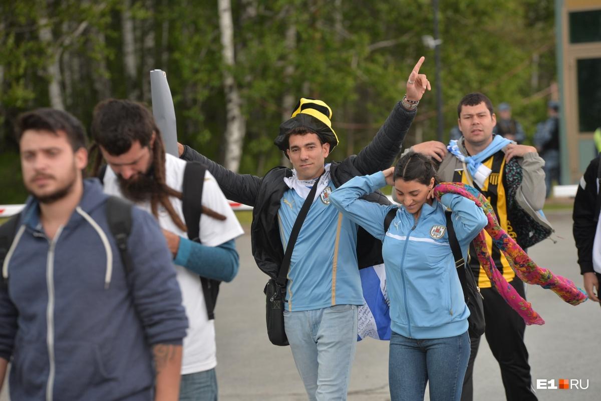Фанаты в клетке: как в Екатеринбурге встретили сборную Уругвая