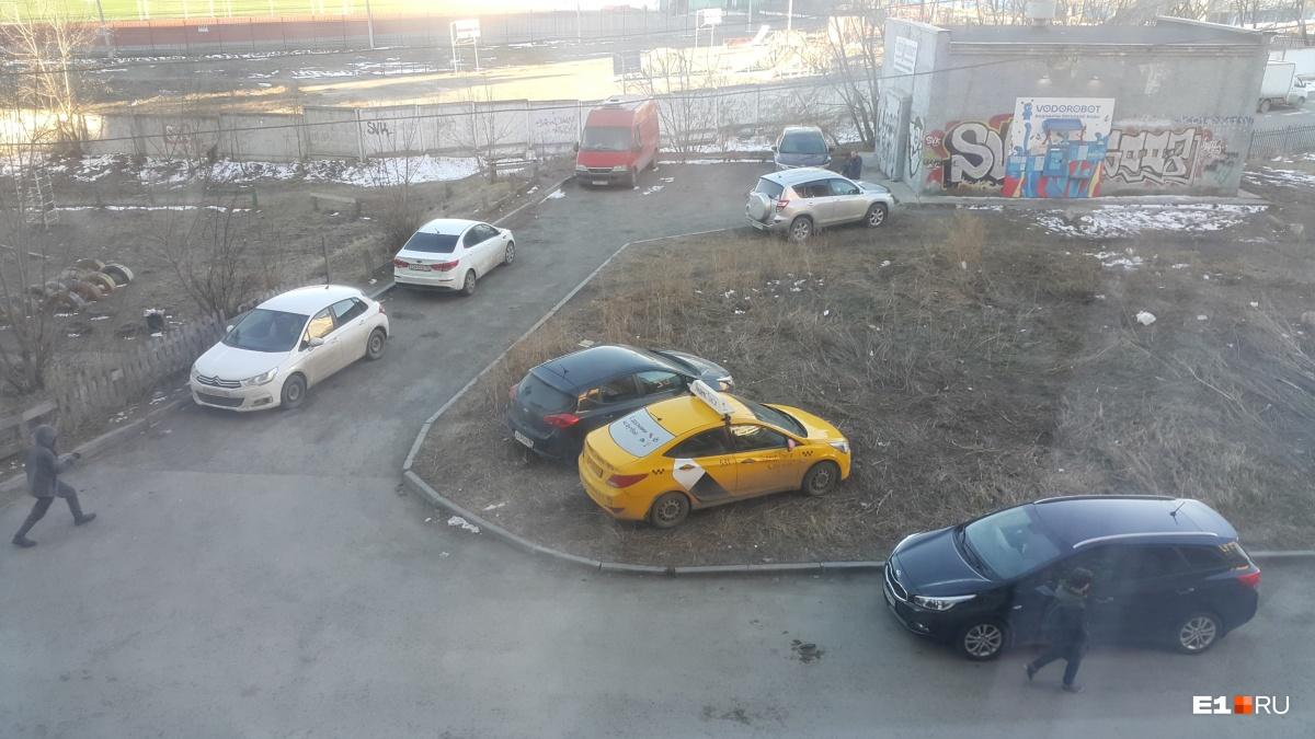 «Я паркуюсь как...»: любители помоек и наглые водители перед элитной гимназией