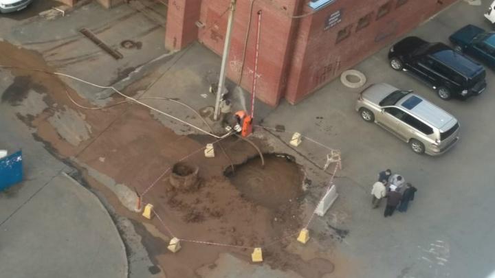 В центре Уфы прорвало трубу: на месте аварии большая яма
