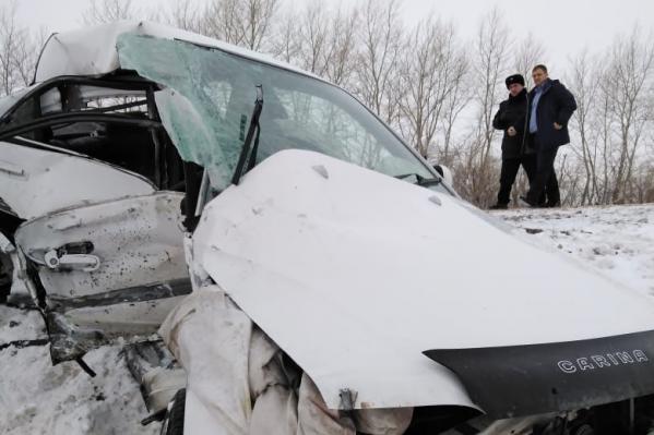 Оба автомобиля после столкновения улетели в кювет