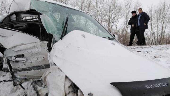 Вылетел на встречку: на трассе Татарск — Карасук погиб водитель Toyota Carina