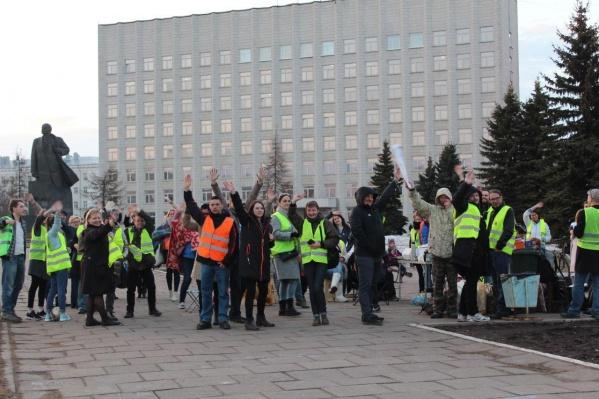 Несмотря на регулярные суды, в Архангельске с 7 апреля продолжается бессрочная акция протеста на центральной площади города