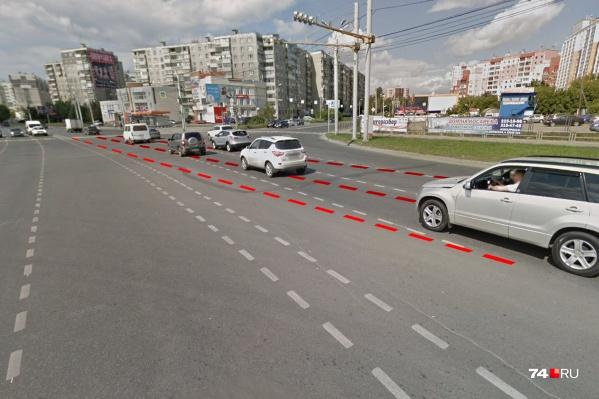 Перекресток Кашириных и Косарева: летнее фото с Google.Maps запечатлело прежнюю конфигурацию, красным обозначена новая, нарисованная по диагонали