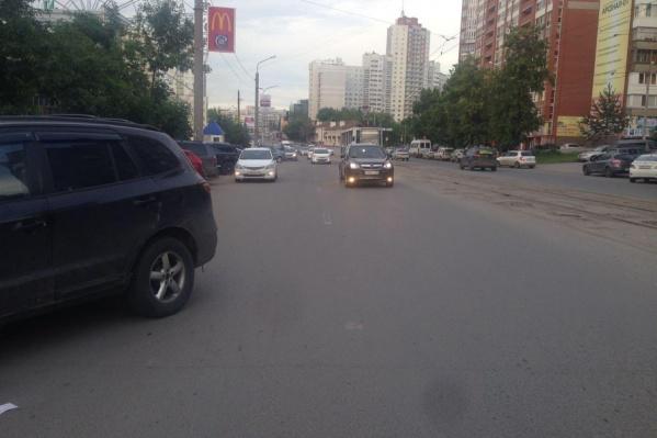 Женщина выбежала на дорогу перед близко идущим транспортом