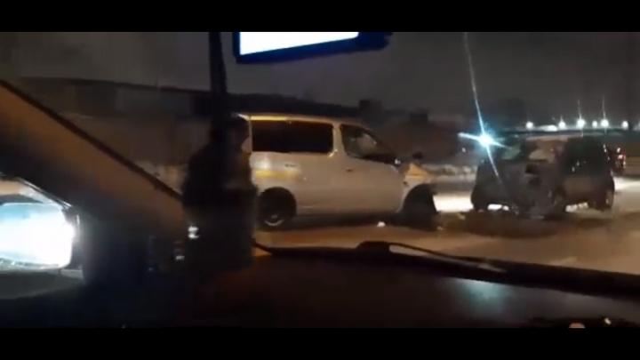 Из-за лобового столкновения двух иномарок в Ленинском районе собралась сильная пробка